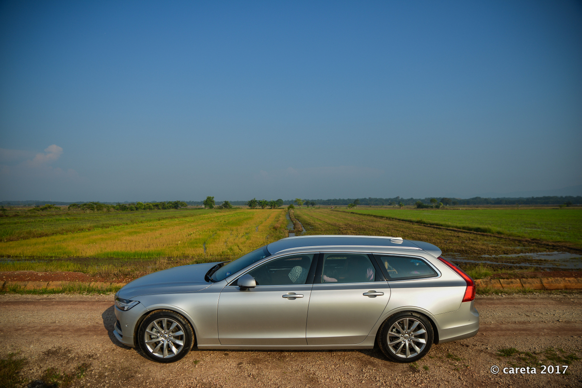 Volvo V90 side paddy field